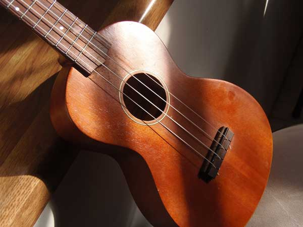 Đàn guitar nhỏ